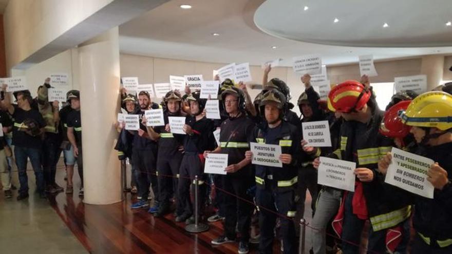 Protestas de los bomberos en un Pleno de la DPH