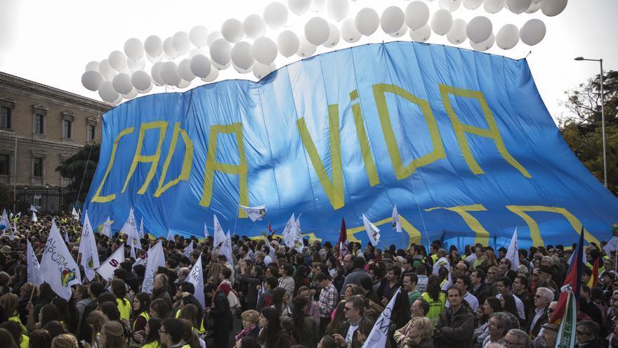 En Colón, los asistentes han desplegado una enorme pancarta con globos blancos en defensa de la vida. \ Juan Ramón Robles