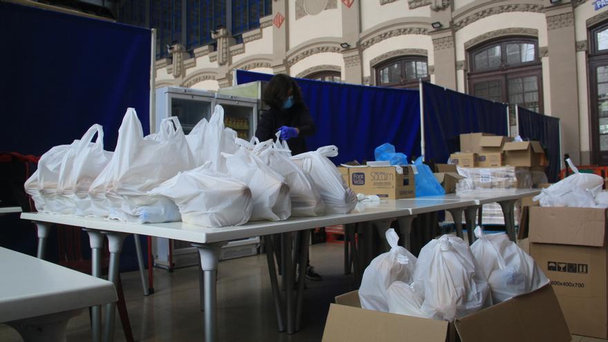 Una voluntaria de Formació i Treball prepara los lotes de comida en Barcelona