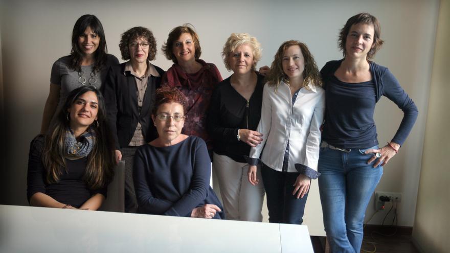 Set de les escriptores de llibre 'Entre dones'. Darrere, d'esquerra a dreta, Mercè Climent, Raquel Ricart, Pepa Guardiola, Carme Manuel, Isabel Canet Ferrer i Núria Cadenes. Davant, Isabel Garcia Canet i l'editora Àfrica Ramírez.