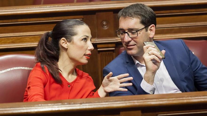 La presidenta del grupo socialista en el Parlamento de Canarias, Patricia Hernández, conversa con el portavoz de dicho grupo, Iñaki Lavandera