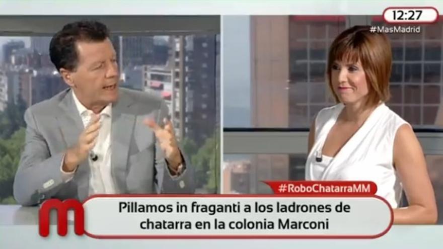 Alfonso Rojo, moderador de la tertulia de 'Mas Madrid', conversa con la presentadora del programa, Noelia López