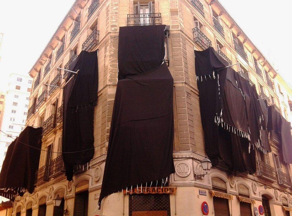 Fachada cubierta de telas del edificio que alberga el rodaje de 'El padre de Caín' | SOMOS MALASAÑA