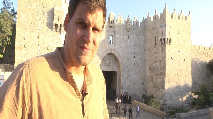 El cooperante mallorquín Enric Gonyalons, que reside en un piso adyacente a la calle que conduce al Muro de las Lamentaciones y la Explanada de las Mezquitas en Jerusalén / Ana Garralda