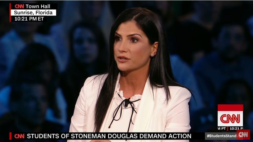 Dana Loesch durante el programa organizado por la cadena CNN el pasado miércoles en el que sentó en la misma mesa a víctimas del ataque en la escuela de Florida y políticos y activistas defensores del derecho a llevar armas.
