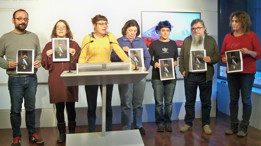 """Diputados de la CUP rompen la foto del Rey en el Parlament en protesta por las detenciones: """"No tenemos miedo ni Rey"""""""