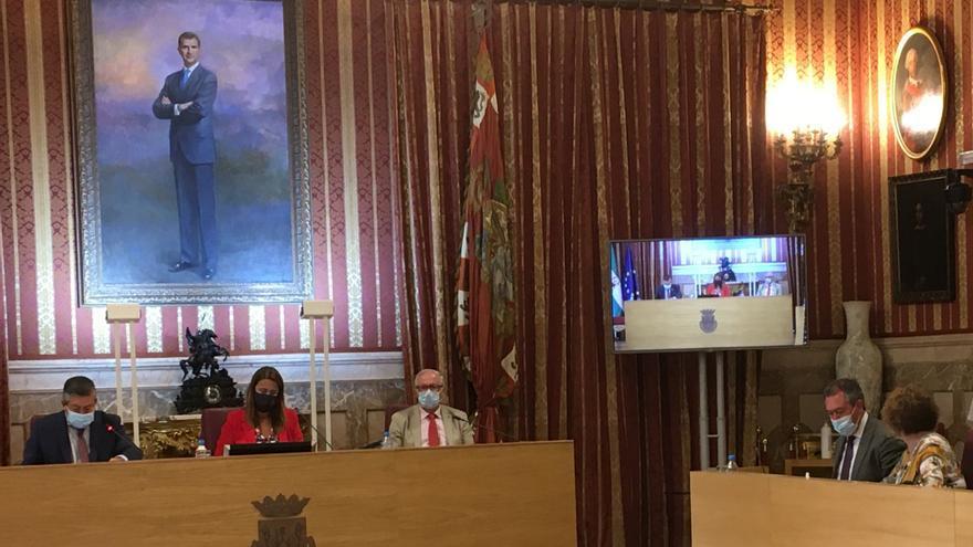 Juan Espadas sentado en la bancada del PSOE, mientras Sonia Gaya ocupa la presidencia del pleno.