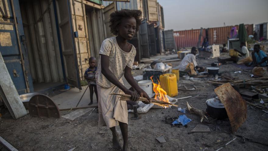 Actualmente casi 48.000 personas viven en el campo de Protección de Civiles de Naciones Unidas (PoC) de Malakal tras la llegada en verano de más de 16.000 desplazados. Muchos proceden de áreas donde el acceso humanitario lleva meses cortado por la inseguridad en la zona. La falta de ayuda obligó a miles de personas a huir del conflicto y el hambre; la mayoría llegó sin nada. Fotografía: Anna Surinyach/MSF