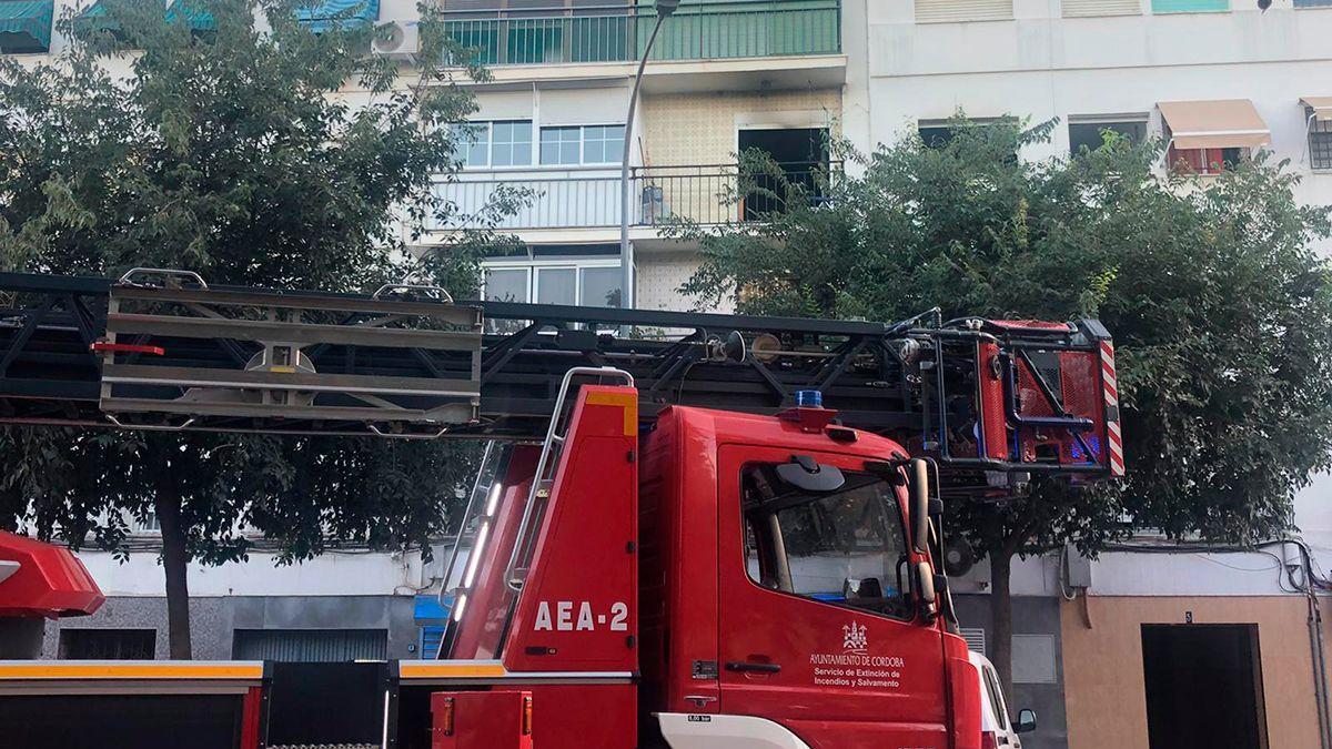 Un camión de bomberos ante una vivienda.