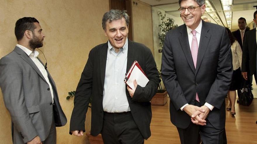 El Secretario del Tesoro de EEUU pide a Grecia reformas y defiende un alivio de la deuda