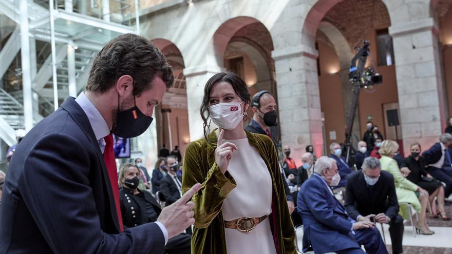 El presidente del PP, Pablo Casado, y la presidenta de la Comunidad de Madrid, Isabel Díaz Ayuso, en los actos institucionales del 2 de mayo con motivo del Día de la Comunidad de Madrid. En Madrid, a 2 de mayo de 2021.