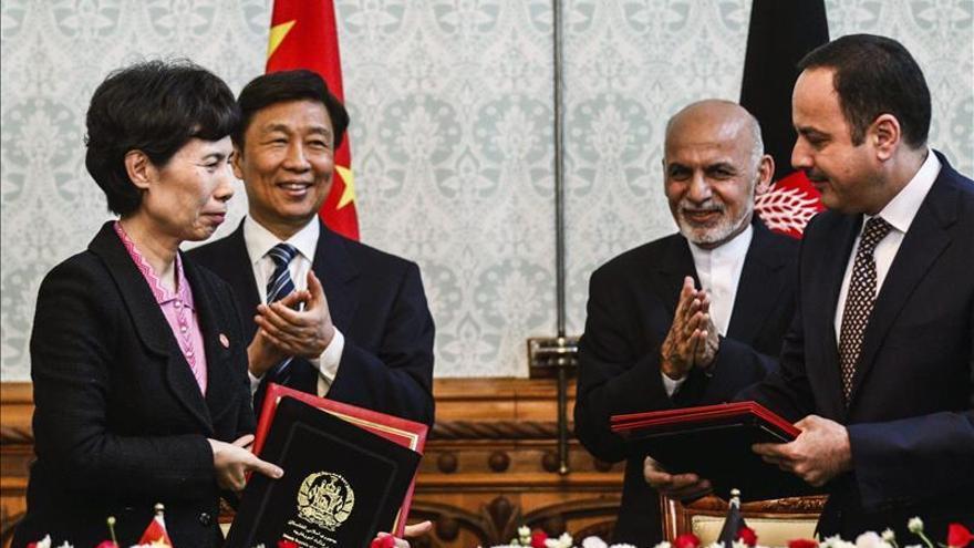 China da ayuda millonaria a Afganistán y Kabul le pide apoyo diplomático