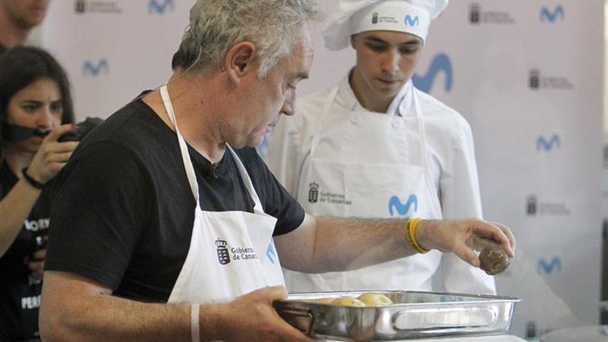 Ferrán Adriá maneja una papas en la elaboración de su receta de puhero canario