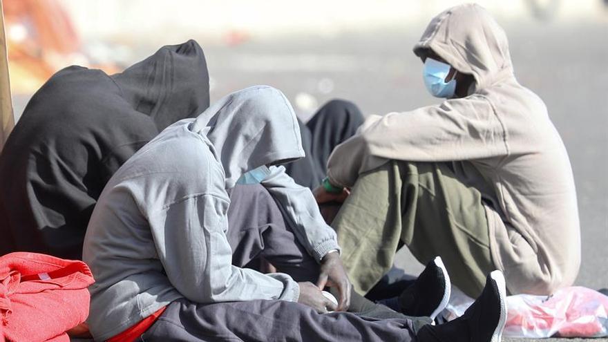Grupo de migrantes que ha pasado la noche en el muelle de Arguineguín