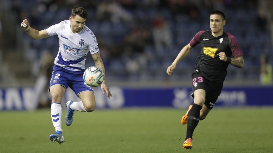 Luis Pérez pelea por un balón en el partido frente al Sporting