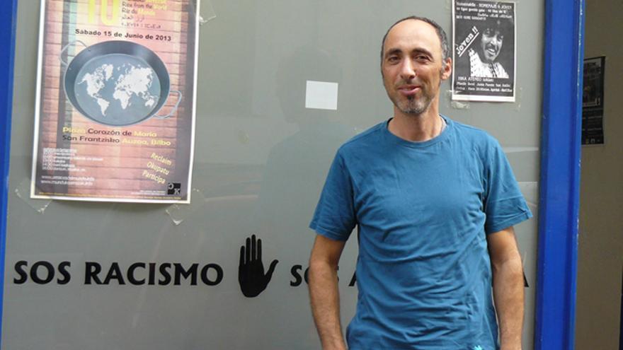 Patxi de la Fuente frente a las oficinas de SOS Racismo en Bilbao. /G. A.