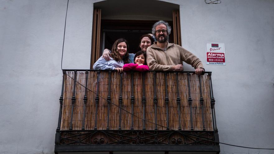 Alejandra, en el centro, junto a su familia en el balcón de su casa ha celebrado su cumpleaños gracias a sus vecinos. / Marta Maroto