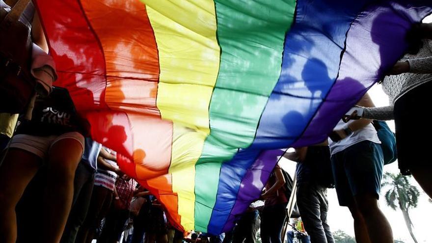 Bandera gay en una manifestación