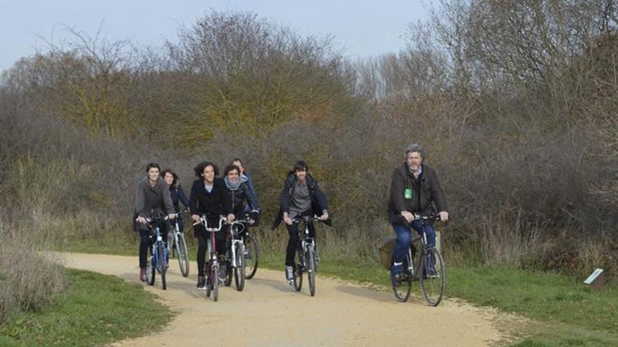 Candidatos de Equo-Podemos durante un paseo en bicicleta por el parque de Salburua, en Vitoria.