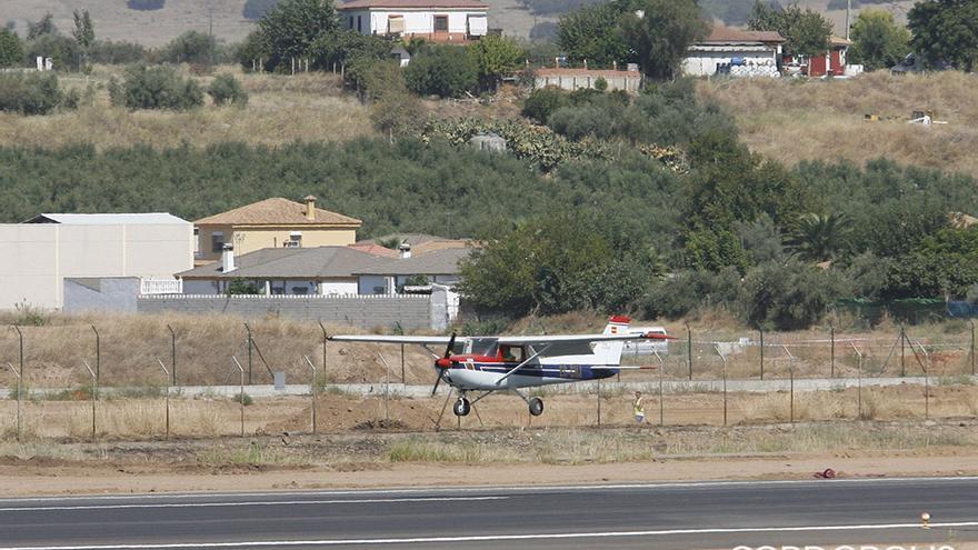 Una avioneta aterriza en el aeropuerto de Córdoba | MADERO CUBERO