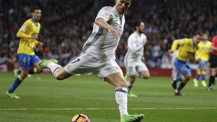 Cristiano Ronaldo se dispone a disparar. EFE/JuanJo Martin
