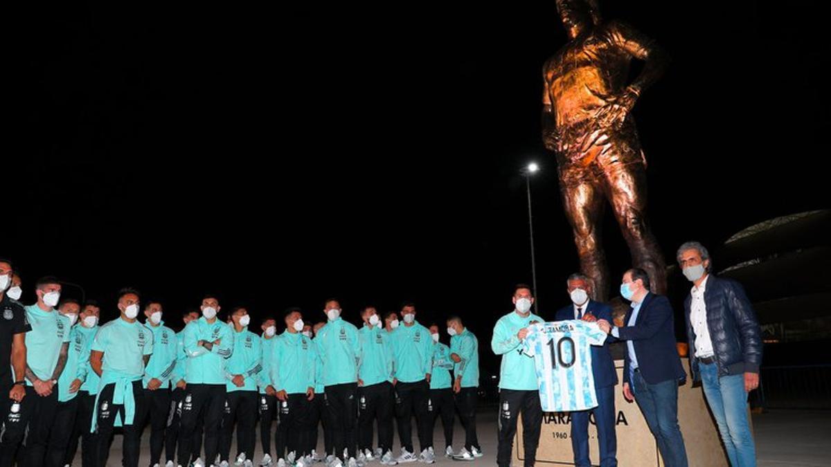 La Selección Argentina, con su capitán Messi a la cabeza, en el descubrimiento de la estatua gigante de Diego Maradona.