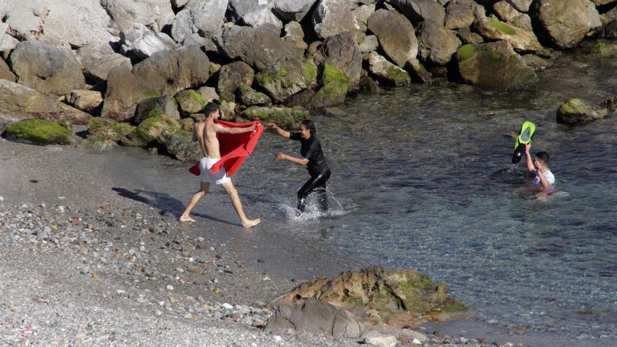 1.000 personas, entre ellas 300 menores, entran en Ceuta a nado desde Marruecos