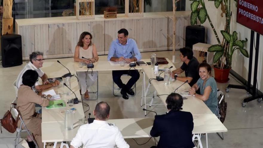 El líder del PSOE y presidente del Gobierno en funciones, Pedro Sánchez, y la ministra de Transición Ecológica en funciones, Teresa Ribera, durante la reunión