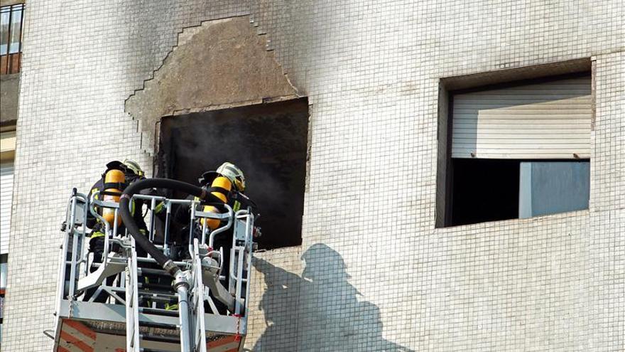 Catorce afectados por inhalación de humo en el incendio de un piso en Bilbao