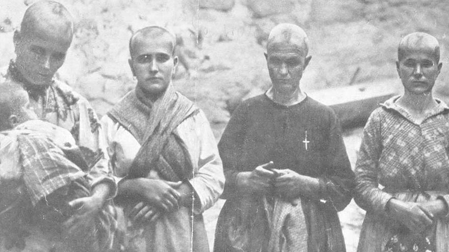 Cuatro mujeres rapadas por los franquistas en Oropesa (Toledo) por ser familiares de republicanos. |