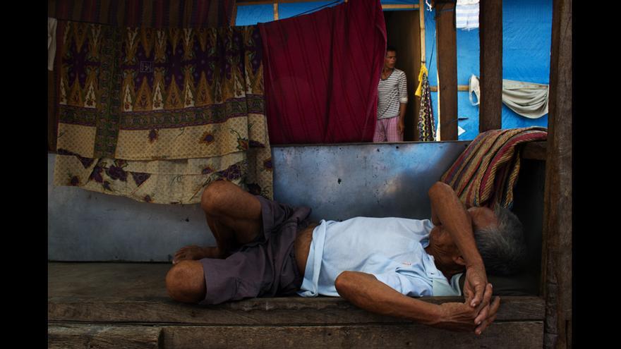 Un hombre duerme la siesta en el campo de desplazados Joaquín F. Enríquez, en Zamboanga. © Carlos Sardiña Galache.
