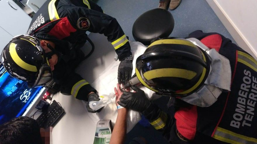 Los bomberos, intentado liberar el dedo del joven