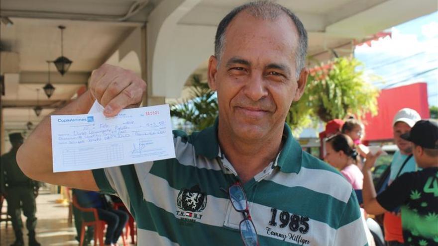 Cubanos en Panamá comienzan a comprar boletos para un vuelo directo a México