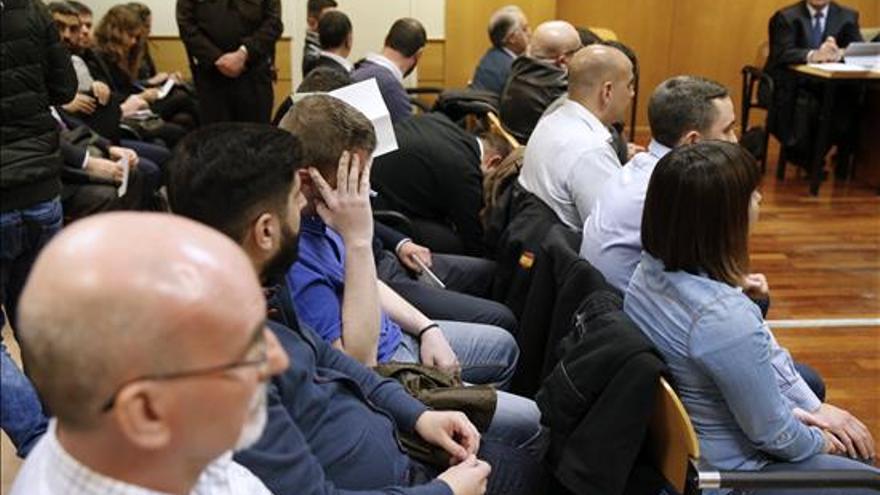 Los quince ultras que asaltaron el centro cultural Blanquerna de Madrid durante la Diada de 2013, para quienes la Fiscalía pide entre dos y cuatro años de prisión, durante el juicio que se sigue contra ellos en la Audiencia Provincial de Madrid. EFE