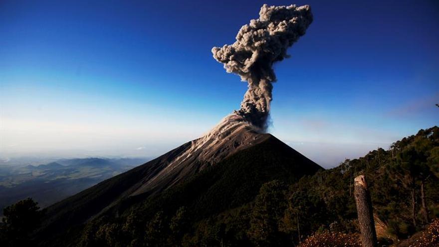 El volcán de Fuego de Guatemala registra explosiones débiles