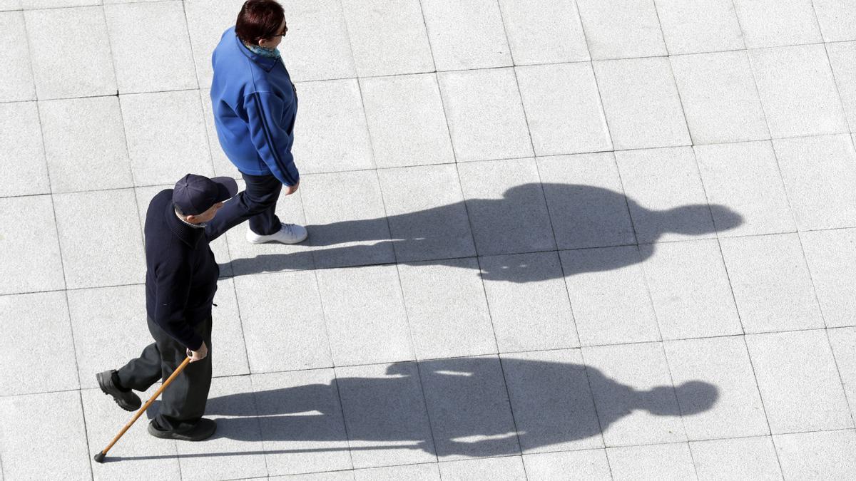 Una pareja de pensionistas camina por una calle de la capital vizcaína.