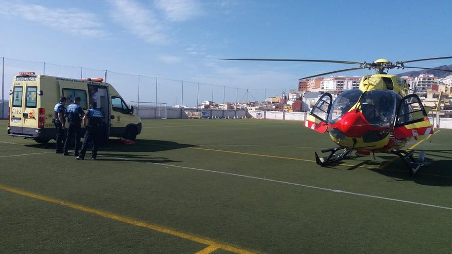 Momento en que se evacua a la menor desde el campo de fútbol del núcleo de Puerto Santiago
