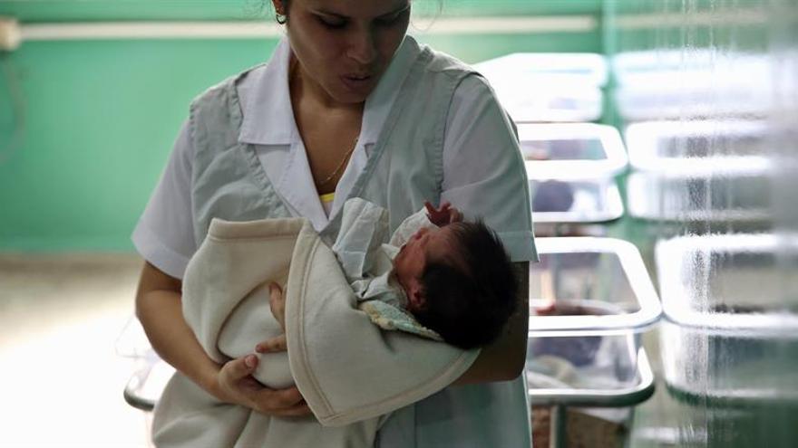 Los beneficios del método canguro para bebé prematuros duran décadas, dice un estudio
