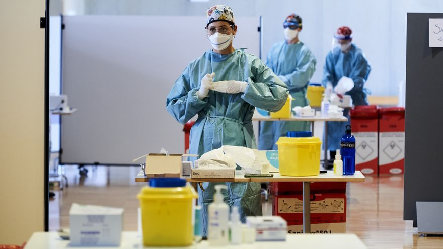 Una profesional sanitaria, en un dispositivo de vacunación Covid del Palacio de Exposiciones y Congresos de Santander