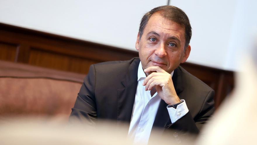 José Manuel Bermúdez posa en la sede del Ayuntamiento santacrucero