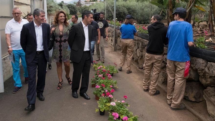 El presidente del Gobierno de Canarias, Fernando Clavijo, acompañado por los consejeros de Empleo, Políticas Sociales y Vivienda, Cristina Valido, y Agricultura, Ganadería, Pesca y Aguas, Narvay Quintero.