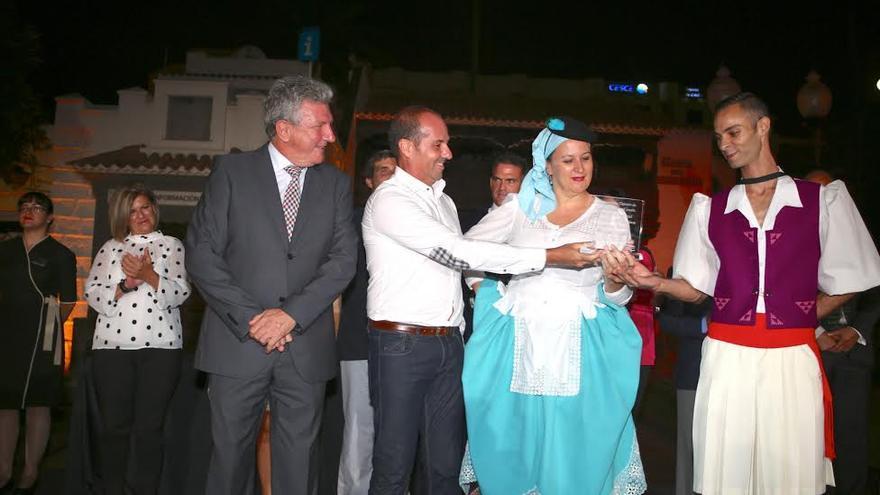 Entrega del galardón a la Agrupación Folclórica Roque Nublo. (ALEJANDRO RAMOS)