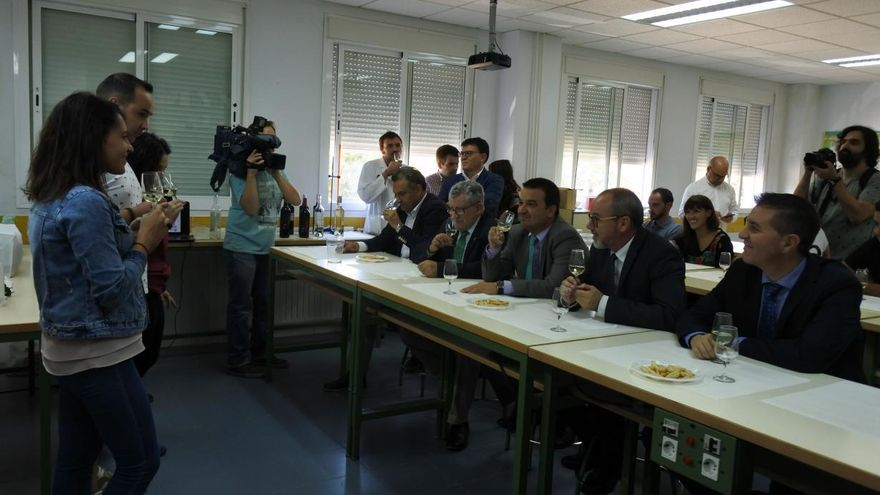 Visita de los consejeros de Educación y Agricultura a alumnos de FP