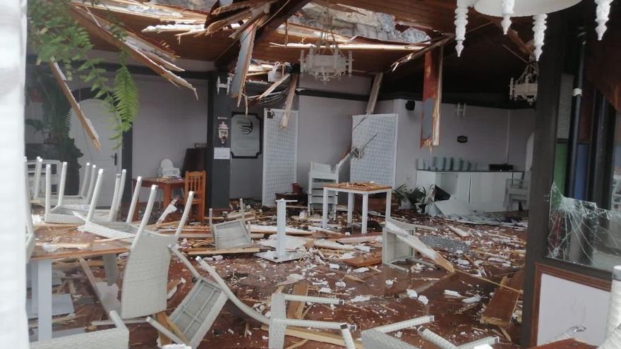Desprendimientos de piedras causan destrozos en la zona  de quioscos del Puerto de Tazacorte