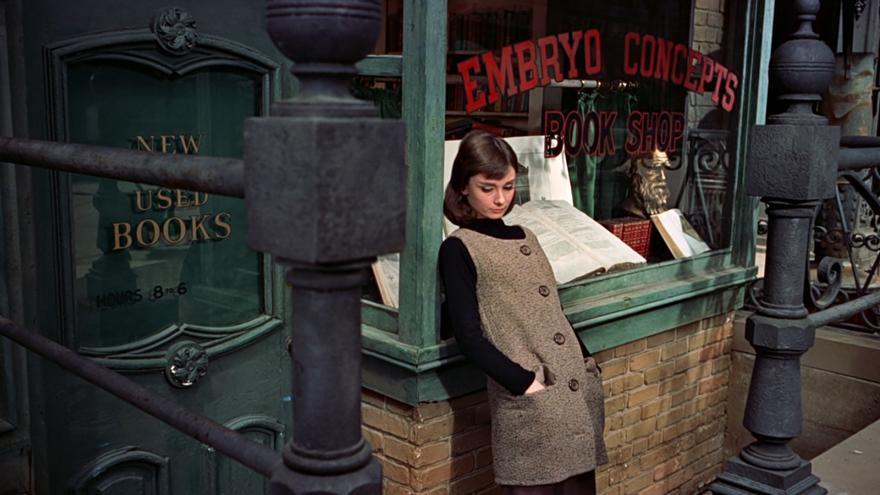 Audrey Hepburn frente a la librería en la que trabaja en 'Una cara con ángel' de Stanley Donen