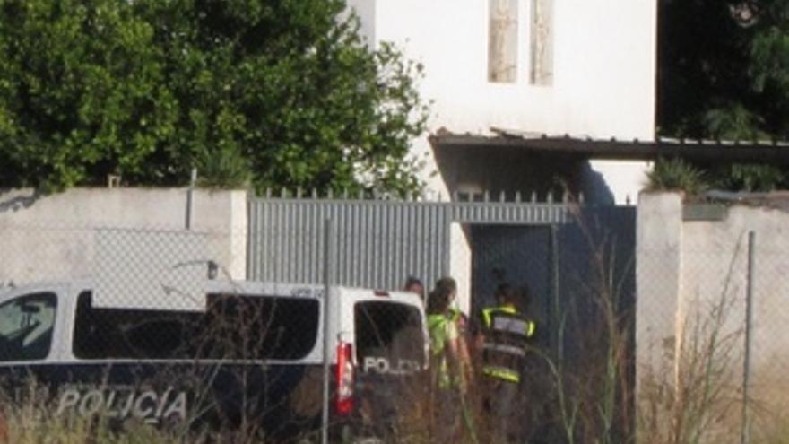 Agentes En La Puerta De La Finca De Las Quemadillas, Para El Caso De Ruth Y José