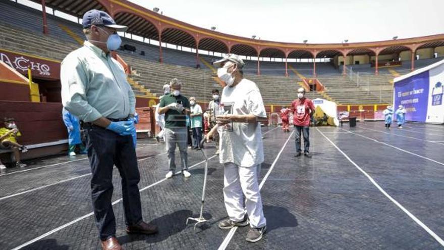 Jorge Muñoz, alcalde de Lima, en la plaza de toros de Acho, reconvertida durante la pandemia de coronavirus en refugio para personas sin hogar