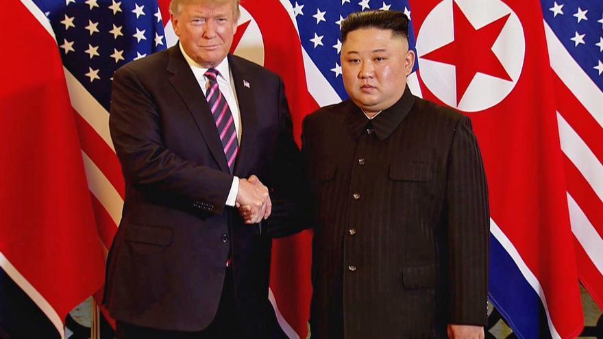Donald Trump y Kim Jong-un posan ante la prensa antes de comenzar la segunda cumbre bilateral en Hanoi, Vietnam.