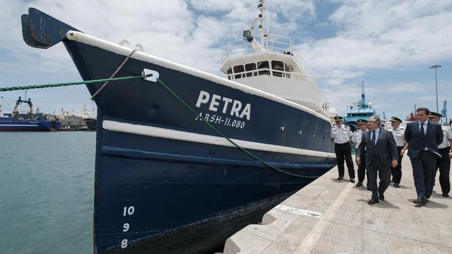 El ministro del Interior, Juan Ignacio Zoido, observa el barco de bandera Venezolana 'Petra', el cual transportaba 1.200 kilos de cocaína