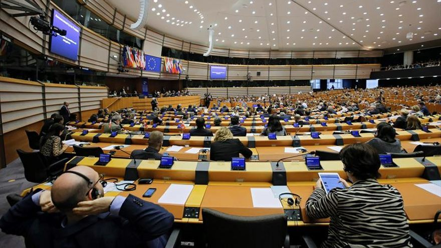 Miembros del Parlamento asisten a un una sesión parlamentaria en Bruselas, Bélgica.